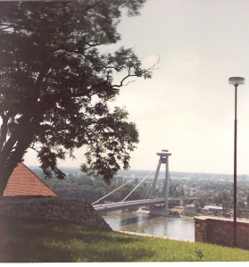 Die Neue Brücke mit Café auf dem Pylon