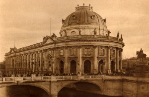 Berlin, Monbijoubrücke, public domain-copyright expired (Album Berlin-Potsdam, Kunstverlag Robert Hügel Berlin, 1904)