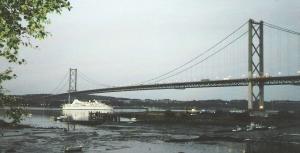 Ansicht der Straßenbrücke von North Queensferry aus