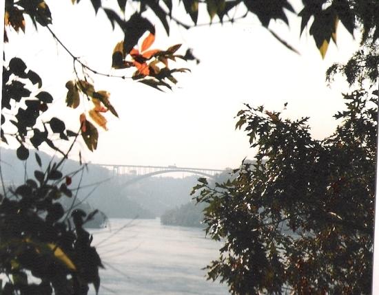 Heutige Bogenbrücke über die Niagaraschlucht in der Nähe des Whirlpools
