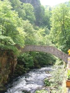 Schlanke Mauerwerksbrücke über die Bode