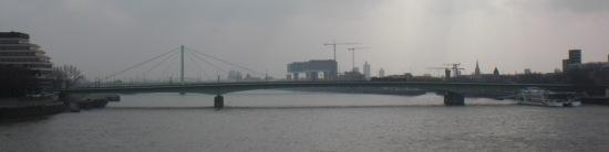 Ansicht der Deutzer Brücke von der Hohenzollernbrücke aus, im Hintergrund der Pfeiler der Severinbrücke