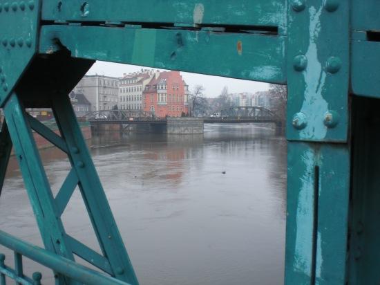 Blick durch das Fachwerk der Tumskibrücke in Richtung