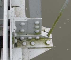 Befestigung der Gewindestangen an den Querträgern