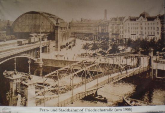 Bogenbrücke am Bf. Friedrichstr. um 1905, im Vordergrund: Fußgängerbrücke,zerstört 1945.