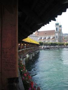 Blick von der Kapellbrücke zurück zur Altstadt