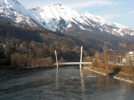 Hungerburgbahnbrücke vor idyllischer Bergkulisse