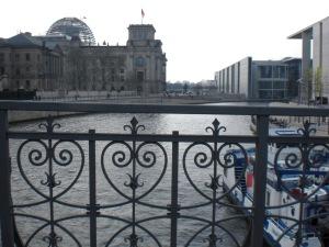 Der Reichstag über dem historischen Brückengeländer
