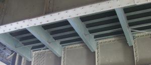 Fahrbahnträgersystem aus genietetem Querträger und Längsprofil