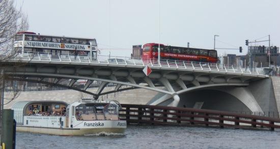 Kronprinzenbrücke vom südöstlichen Spreeufer aus