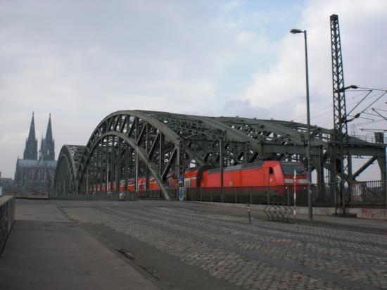 Hohenzollernbrücke vom Deutzer Ufer aus gesehen