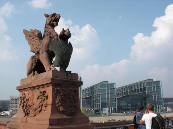 Portal mit geflügelten Löwen aus Sandstein