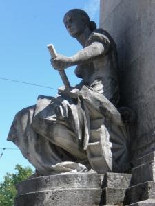 Figur aus Naturstein mit Namen des Bildhauers: S. Eberle