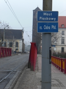 Fahrbahn der Brücke mit Straßenbahngleisen
