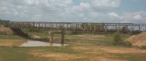 Stillgelegte Stahlfachwerkbrücke über Hochwasser