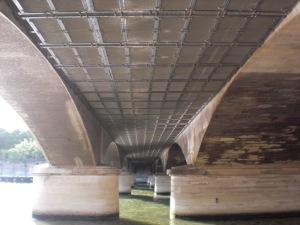 Untersicht des Pont d´Iéna: rechts: alte Konstruktion, links ergänztes Betonelement