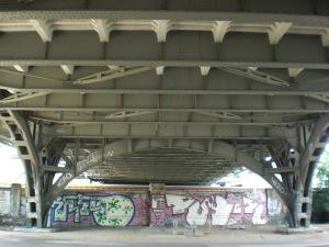 Untersicht der Bösebrücke mit Betonverkleidetem Fahrbahnrost