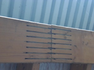 Scheitel des Obergurts mit Metallplatten zur Verstärkung der Verbindungen