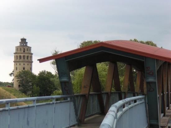 Fußgängerbrücke mit Kalkbrücke von der westlichen Rampe gesehen