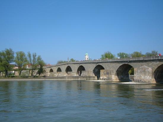 Ausblick vom Altstadtufer auf die Steinerne Brücke