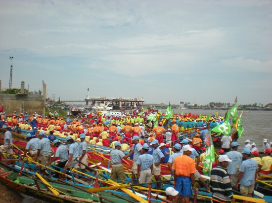 Vorbereitung auf das Kanurennen bei Kampong Cham, im Hintergrund die erste Mekongbrücke