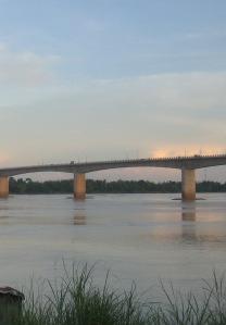 Mittelöffnung der Spiess Kizuna Mekong Brücke mit Brückenwächterhäuschen
