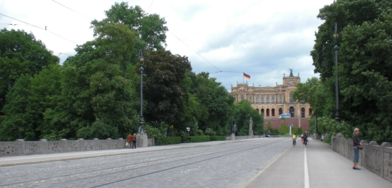 Fahrbahnebene der Maximiliansbrücke mit Blick aufs Maximilianeum