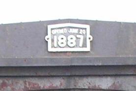 Eröffnungsdatum am Portal der Brücke