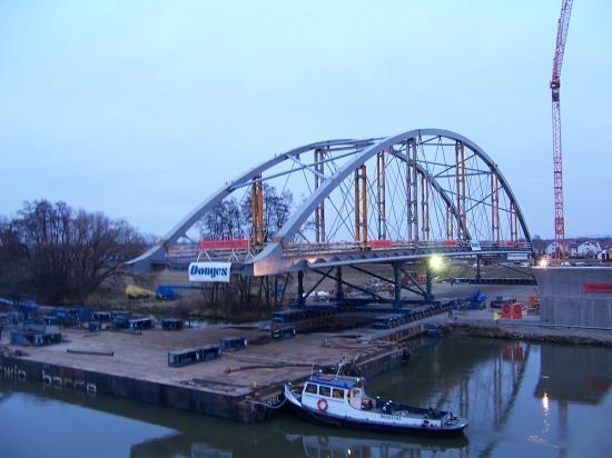 Einschwimmen der neuen Stabbogenbrücke in Bergrheinfeld