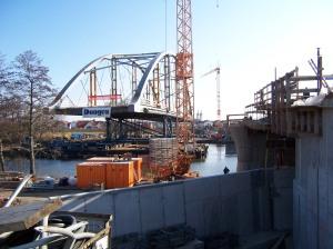 Montage der Stabbogenbrücke