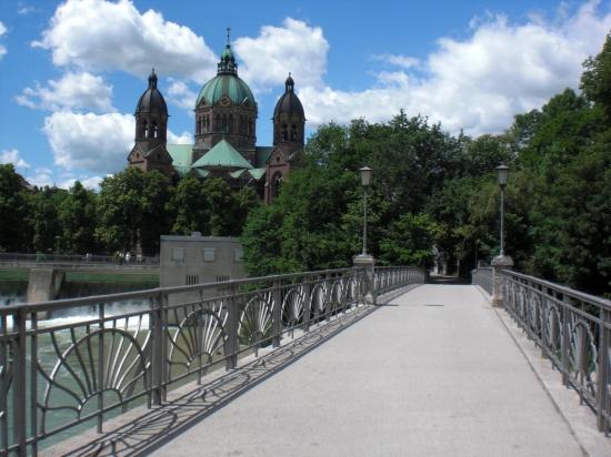 Kabelsteg mit der protestantischen Lukaskirche im Hintergrund