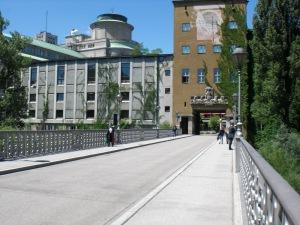 Blick über die Fahrbahn der Zenneckbrücke zum Deutschen Museum