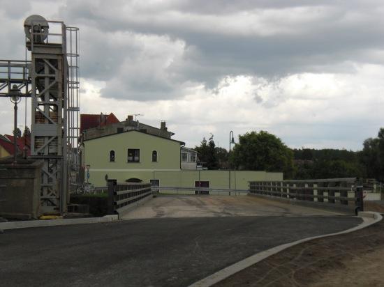 Mietbrücke parallel zur alten Hubbrücke