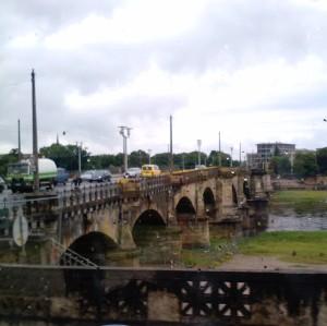 Albertbrücke im Vorbeifahren vom südlichen Ufer aus gesehen