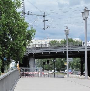 Fahrbahnebene der Jannowitzbrücke mit Blick zur S-Bahn