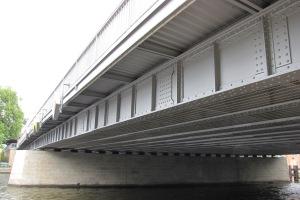 Jannowitzbrücke: Ansicht vom Fußweg am Südufer der Spree.