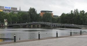 Ansicht der neuen Stahlbrücke mit der alten Gewölbebrücke im Hintergrund