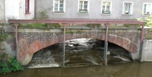Abgestützter Mauerwerksbogen mit Betonverstärkung der Auflagerbereiche