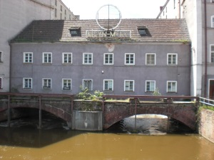 Blick von der Mühlenbrücke auf die alte Mühle MARA