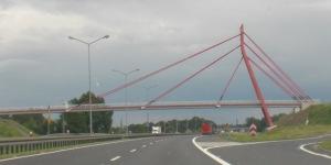 Schrägseilbrücke mit geknicktem asymmetrischen Pylon