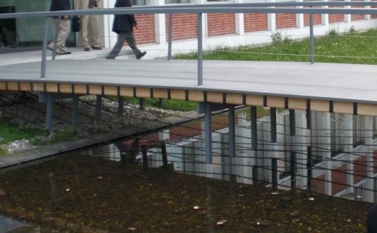 Pfeilbogenbrücke aus Holz und Faserverstärketen Kunsstoffen