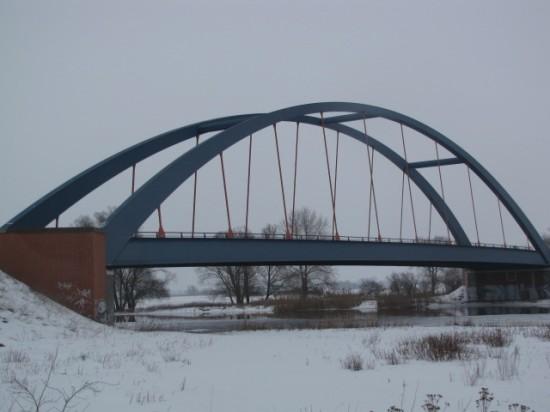 Bogenbrücke mit nach innen geneigten Bögen bei Strodehne