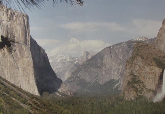 Blick ins Yosemity Tal, links der El Capitan, rechts der Bridalveil-Wasserfall im Hintergrund der Half dome
