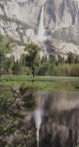Der Yosemite Fall spiegelt sich im Merced river