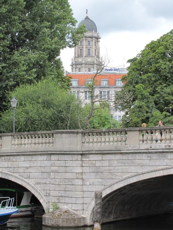 Inselbrücke mit Stadthaus