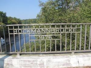 Namensschild am Geländer der Böckmannbrücke