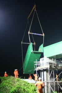 Montage der Zugangstreppen zur neuen Brücke