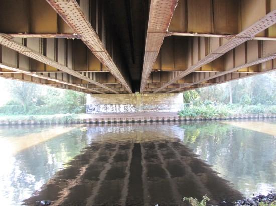 Die verlassenen Autobahnbrücke über den Teltowkanal von unten