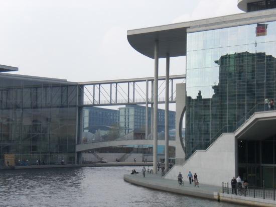 Brücke für Bundestagsabgeordnete, links das Paul-Löbe-Haus, im Hintergrund der Berliner Hauptbahnhof