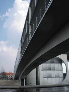 Fußgängerbrücke über die Spree von unten gesehen
